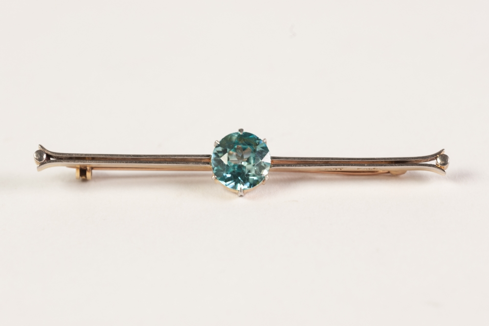 Lot 149 - 15ct GOLD AND PALLADIUM SINGLE VIBRANT BLUE STONE SET BAR BROOCH, the stone approx 1.95ct