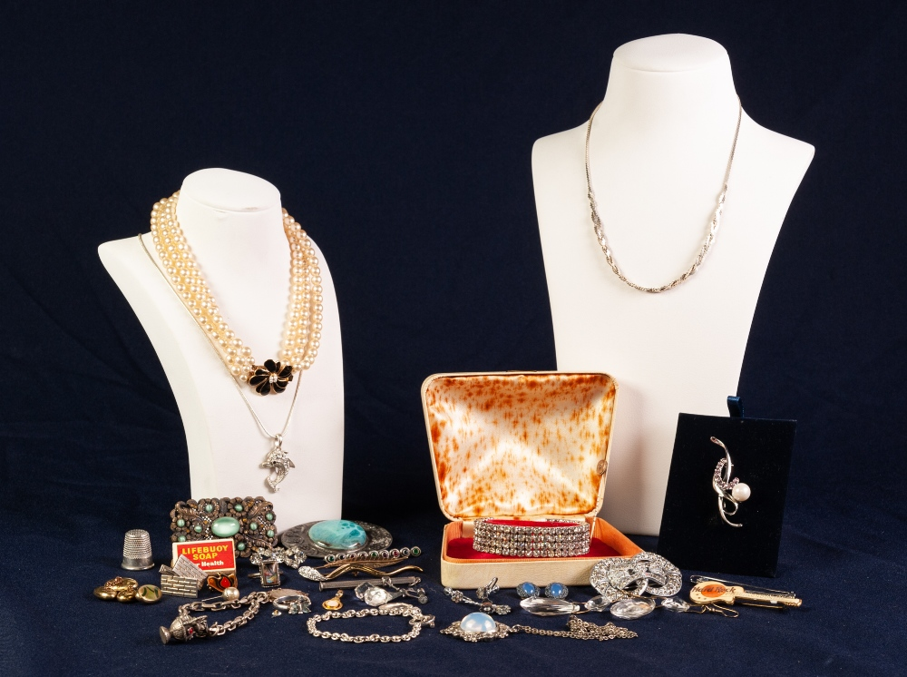 Lot 132 - SELECTION OF SILVER AND OTHER COSTUME JEWELLERY
