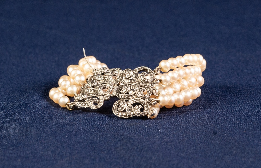 FINE STRAND SIMULATED PEARL AND WHITE METAL MARCASITE SET CLASPED BRACELET