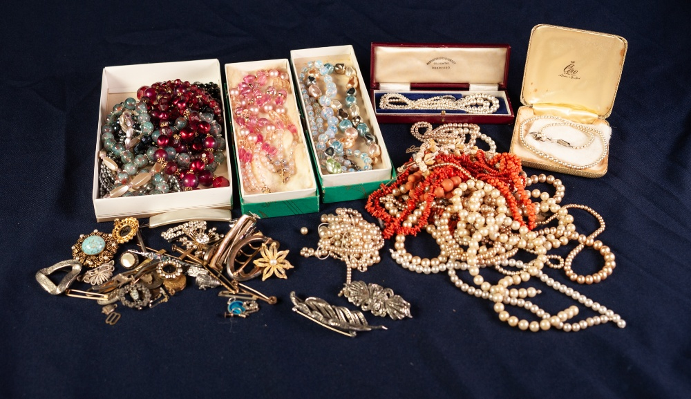Lot 129 - QUANTITY OF COSTUME SIMULATED PEARL AND OTHER NECKLACES, ETC.