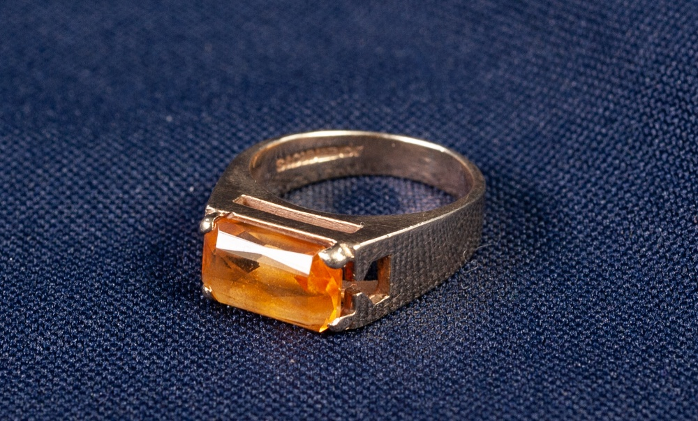 Lot 179 - 9ct GOLD DRESS RING, the top set with a narrow oblong amethyst, 5 gms, ring size 'M'