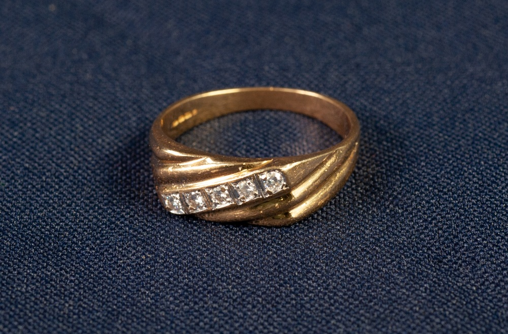 Lot 173 - 18ct GOLD RING, with spirally fluted top cross set with a centre row of five small round brilliant