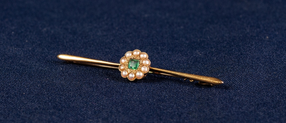 EDWARDIAN 15ct GOLD BAR BROOCH CENTRALLY SET WITH A SQUARE EMERALD AND SEED PEARL SET ROUNDEL, 4.3