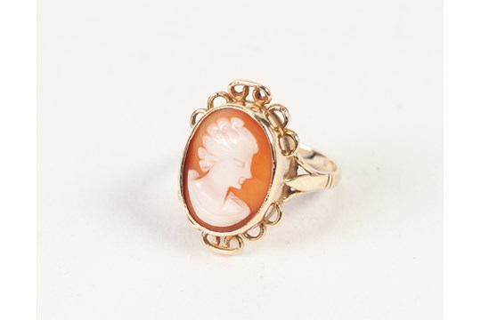 Lot 125 - AN UNMARKED GOLD SHELL CAMEO SET RING, 3.8gms gross