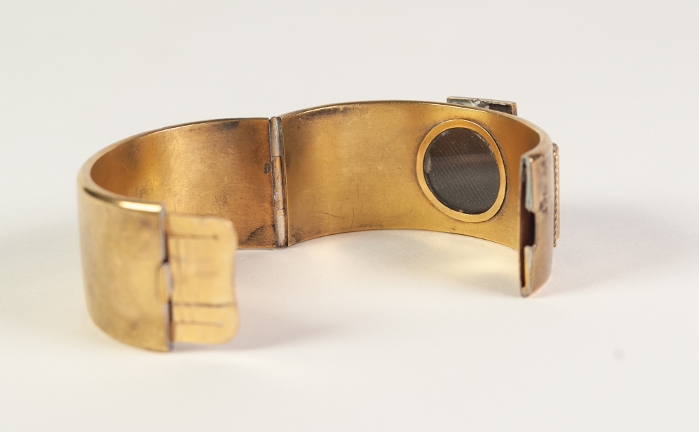 VICTORIAN GOLD COLOURED METAL HINGE OPENING BUCKLE BANGLE, 'buckle' top set with twenty three rose - Image 5 of 5