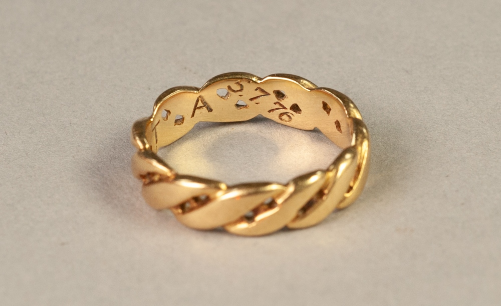Lot 95 - 18ct GOLD PIERCED 's' SCROLL BAND RING, 6.8 gms