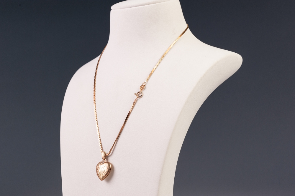 """Lot 80 - 9ct GOLD SMALL HEART SHAPED LOCKET, engraved with foliate and the 9ct GOLD NECKLACE , 16 1/2"""""""