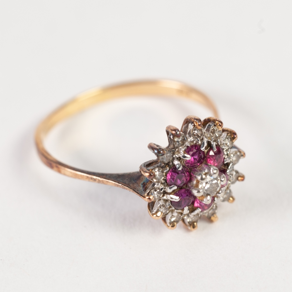 Lot 138 - 18ct GOLD, DIAMOND AND RUBY CIRCUALR THREE TIER CLUSTER RING, set with a small raised centre diamond