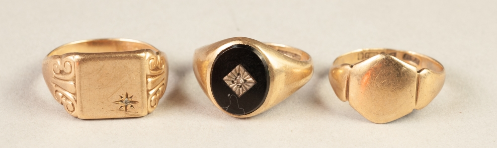 Lot 185 - GENTS 9ct GOLD SIGNET RING, the oval black onyx top gypsy set with a tiny diamond, 9ct gold SIGNET