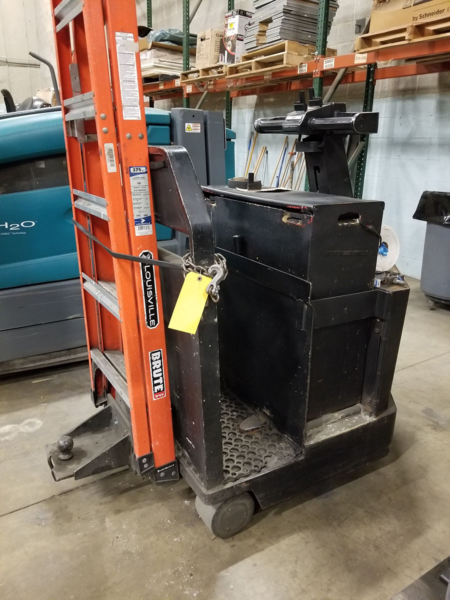 1998 CROWN STAND UP ELECTRIC TUG MACHINE, REAR BALL, 2,500 LB. CAPACITY,36V WITH CHARGER - Image 4 of 7