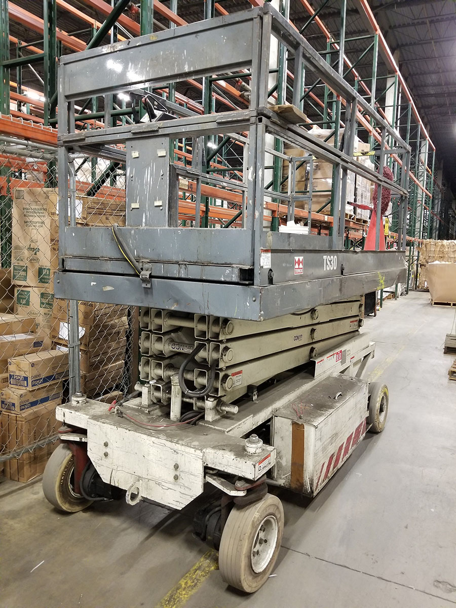 TEREX TS-30 ELECTRIC SCISSOR LIFT, 700 LB. CAPACITY, 300 LB. EXTENDED CAPACITY, 3-PERSON, SOLID - Image 9 of 10