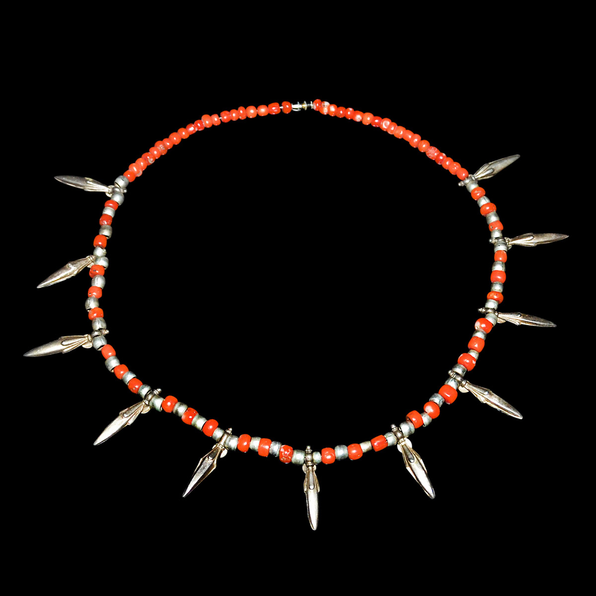 Lot 19 - 天然紅珊瑚方柱珠銀花蕾項鏈掛飾 Naturalistic Coral Beads Necklace with Silver Beads and Ritual Decorations Diameter: