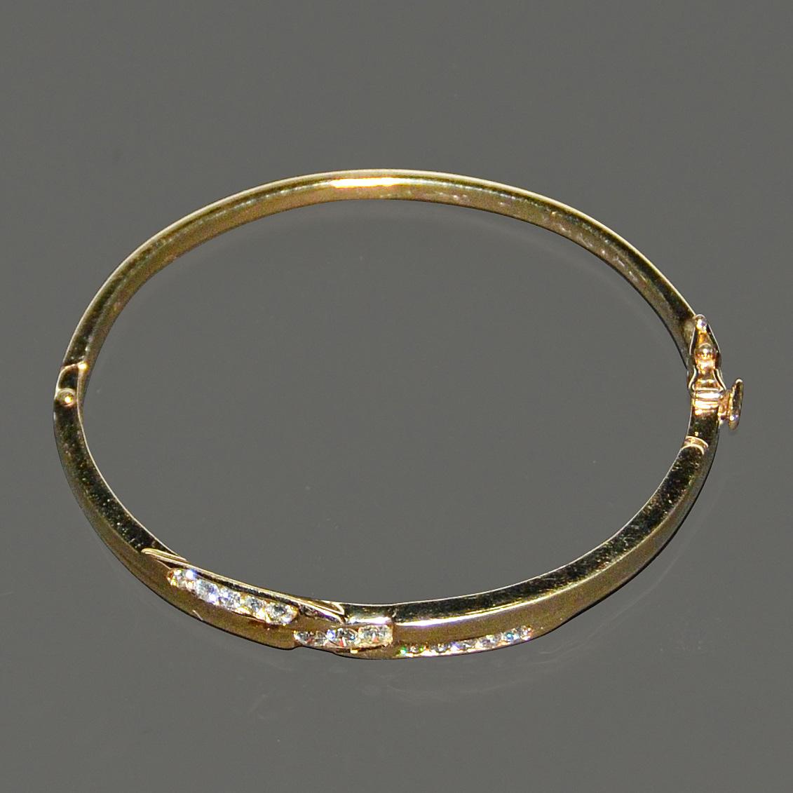 Lot 14 - 2.65 克拉鑽石手鐲鑲18K黃金 附美國寶石學院 AIG 鑒定證書 18K Yellow Gold and Diamond Bracelet Three channel set round