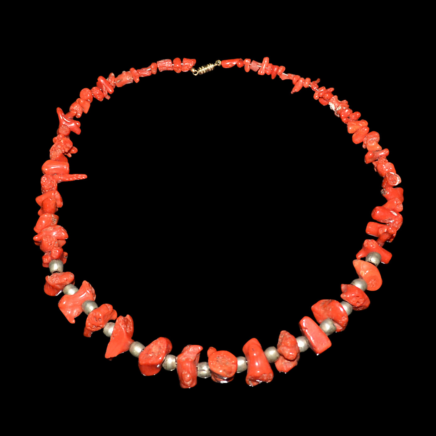 Lot 22 - 天然紅珊瑚珠銀花蕾項鏈掛飾 Coral Necklace with Naturalistic Beads and Silver Beads Diameter: 6¼ in (15.9 cm)