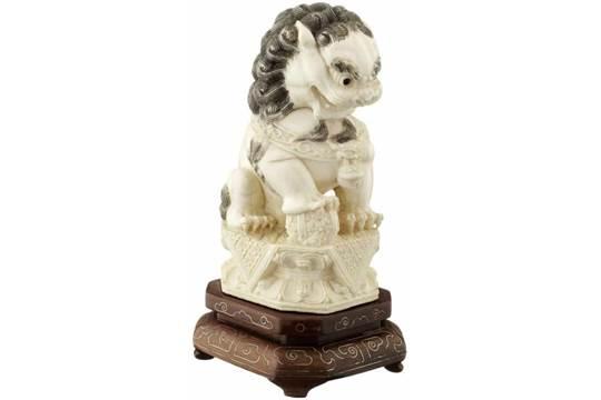 Paar buddhistische Löwen China Mitte 20. Jh. Elfenbein. Das ...
