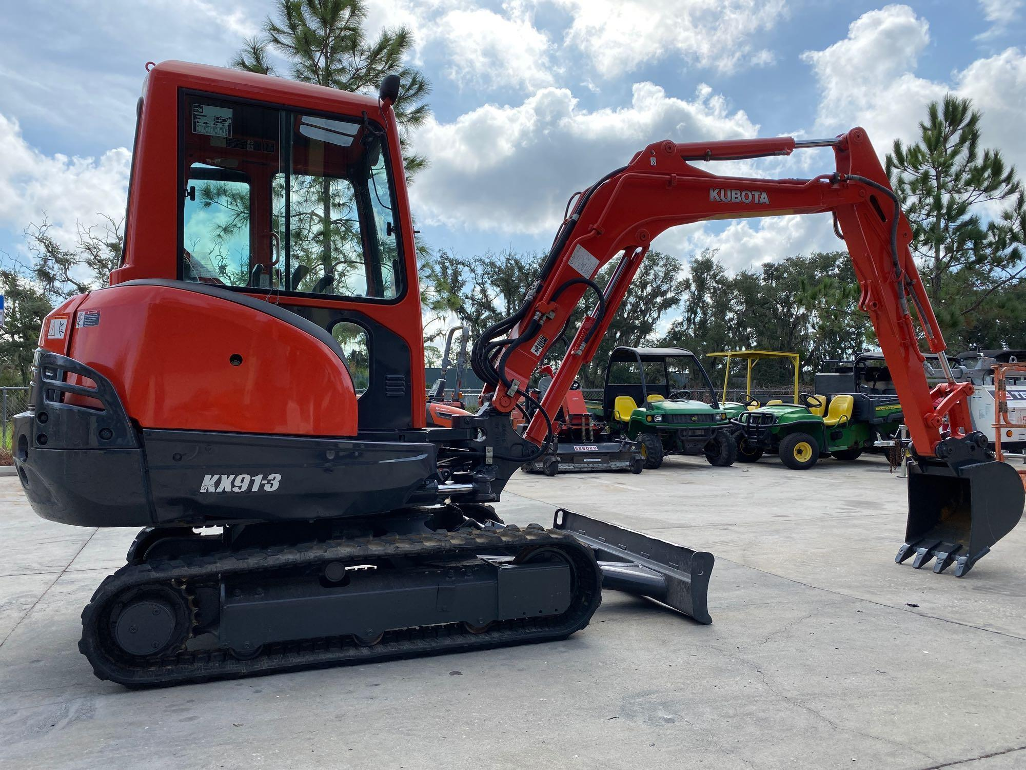 Lot 80 - KUBOTA KX913 EXCAVATOR, RUBBER TRACKS, BUCKET ATTACHMENT, FILL BLADE, ENCLOSED CAB, 2-SPEED, RUNS AN