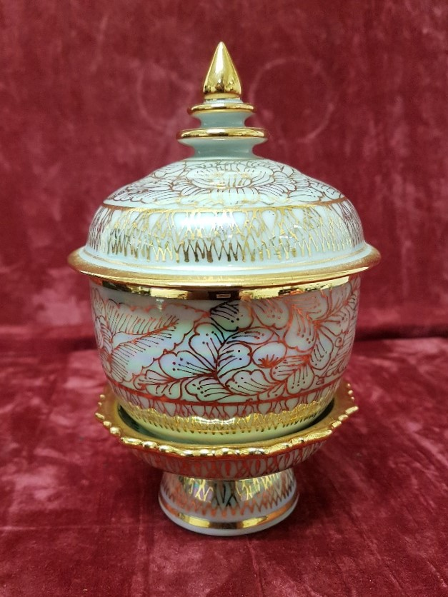 Lot 15 - A small pot with stand and lid.