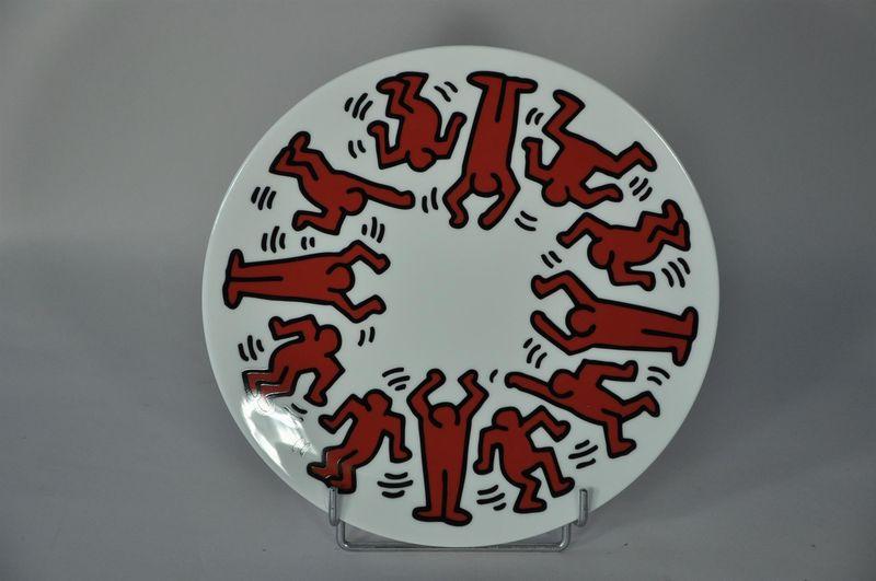 Lot 37 - Keith HARING (1958-1990) - D'après - Red on white - Assiette en porcelaine - D. 21 [...]