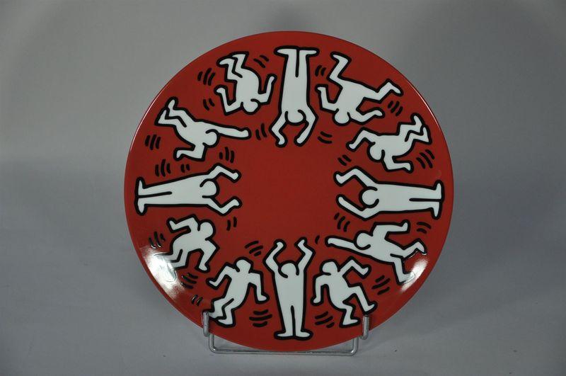 Lot 36 - Keith HARING (1958-1990) - D'après - White on red - Assiette en porcelaine - D. 21 [...]