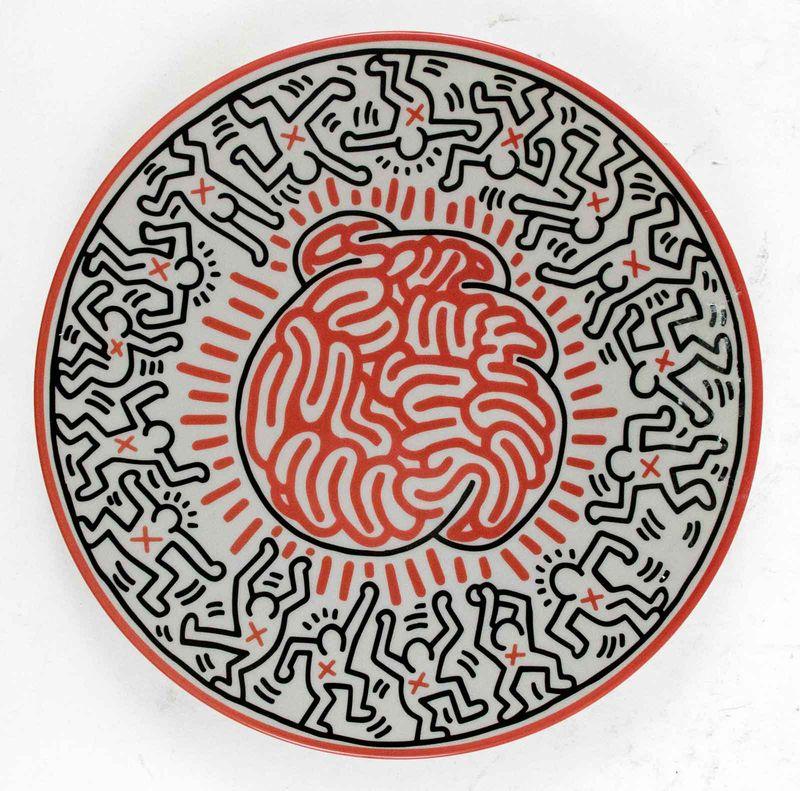 Lot 42 - Keith HARING (1958-1990) - D'après - Cerveau - Assiette en porcelaine - D. 21 cm - [...]