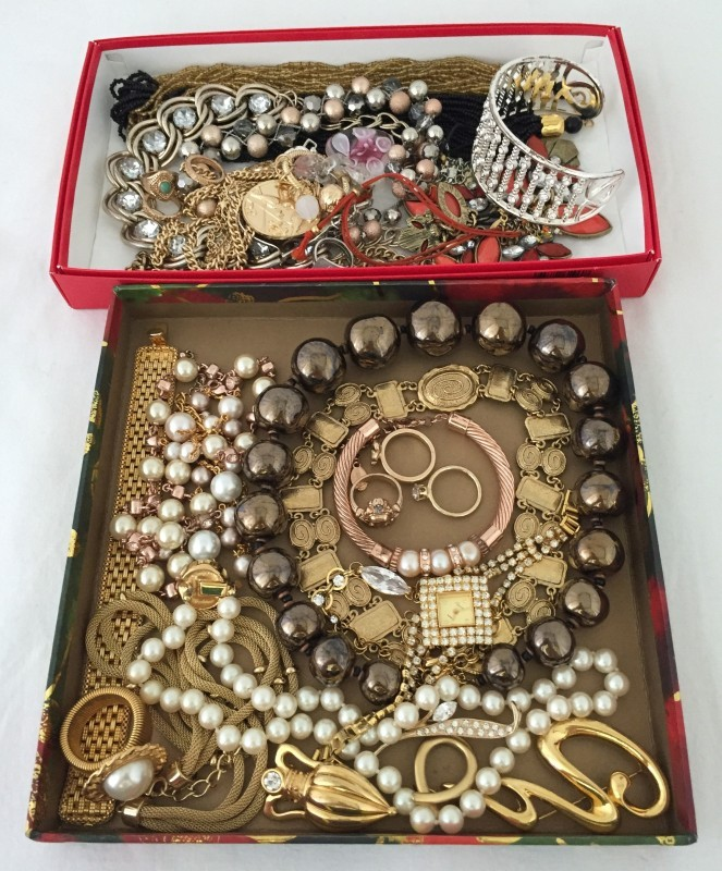 Lot 1012 - 2 trays of mostly modern quality costume jewellery.
