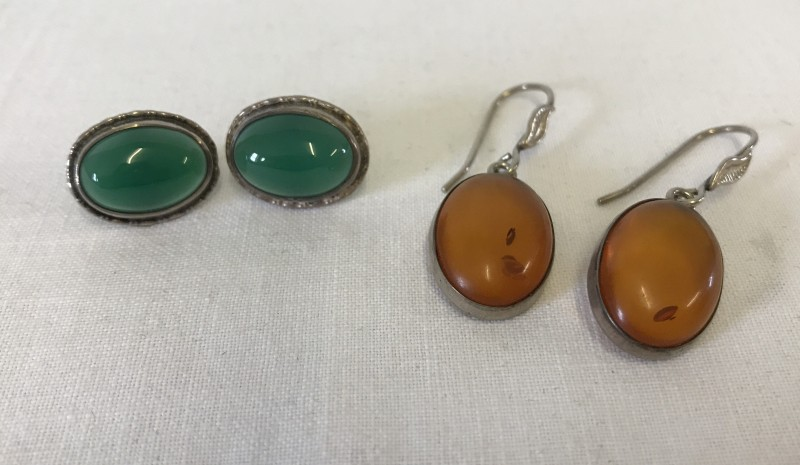 Lot 1027 - 2 pairs of silver earrings.