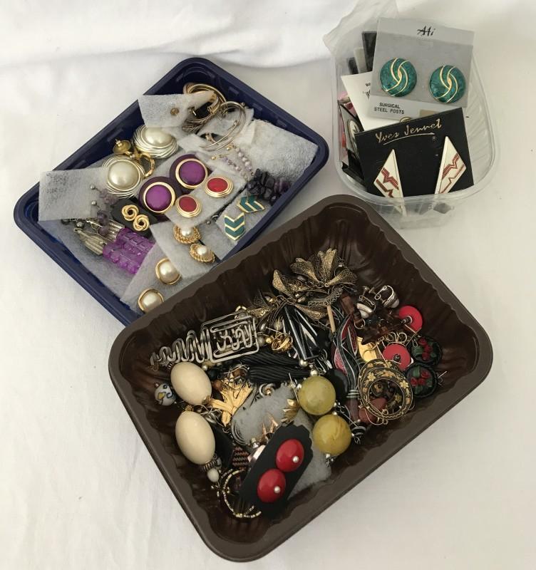 Lot 1034 - 3 trays of costumes jewellery earrings.