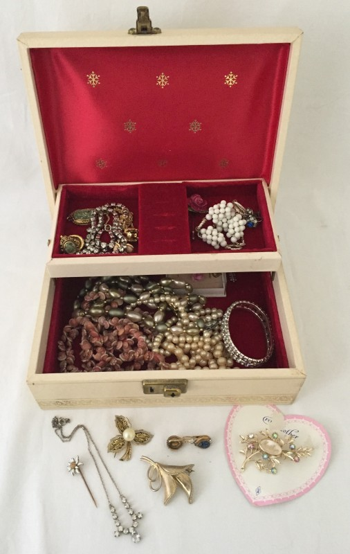 Lot 1013 - A collection of vintage costume jewellery .