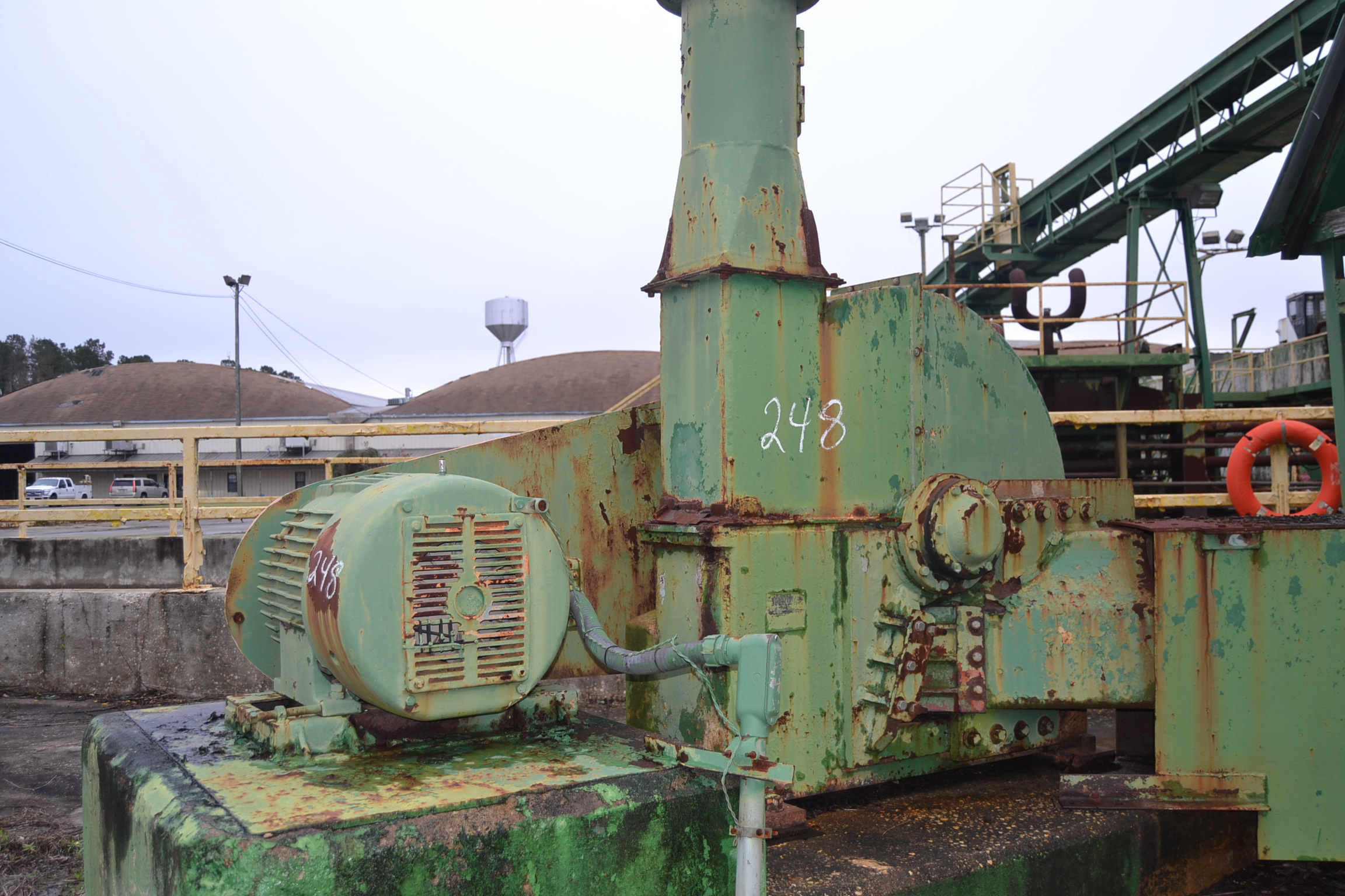 "Lot 248 - CHIP MASTER 48"" 6 KNIFE CHIPPER W/ HORIZONTAL FEED W/ TOP DISCHARGE W/ PIPE TO CYCLONE W/ 5' X 5'"