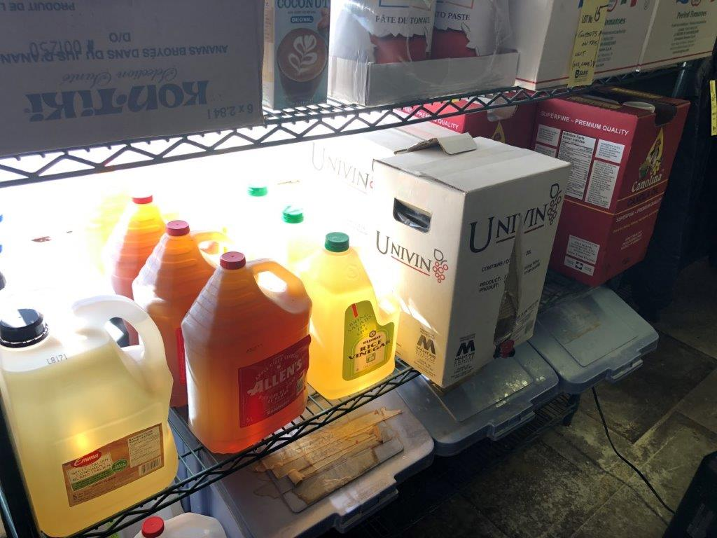 Lot d'items alimentaire incluant huiles, vinaigre, cannes