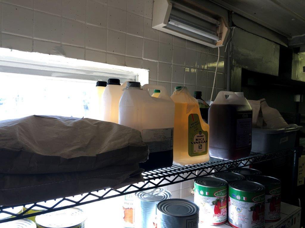 Lot d'items alimentaire incluant huiles, vinaigre, cannes - Image 3 of 3