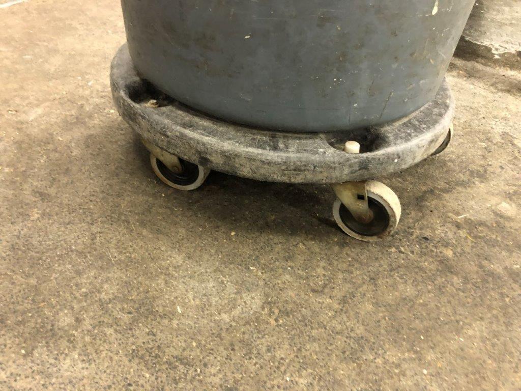 Lot 57 - Receptacles à rebus RUBBERMAID sur dolley sur roues