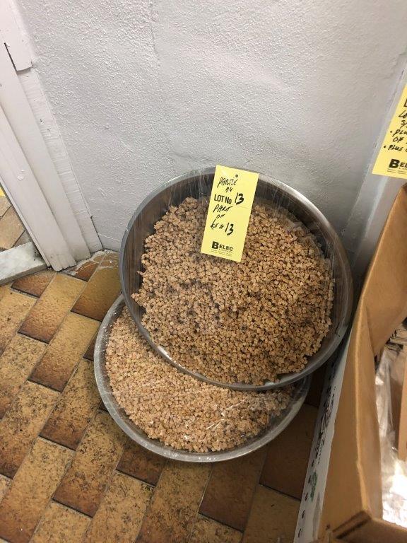 Lot de (2) gros bols à mélanger et boite de sacs et graines cacao - Image 2 of 2