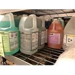 Lot de 21 gallons de savons et de produits nettoyage variés