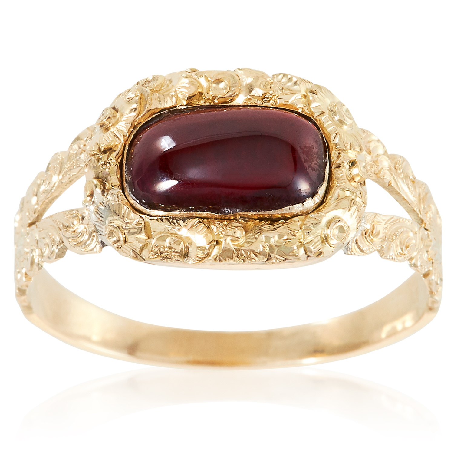 Los 35 - AN ANTIQUE GEORGIAN GARNET RING, EARLY 19TH CENTURY in high carat yellow gold, the oval cabochon