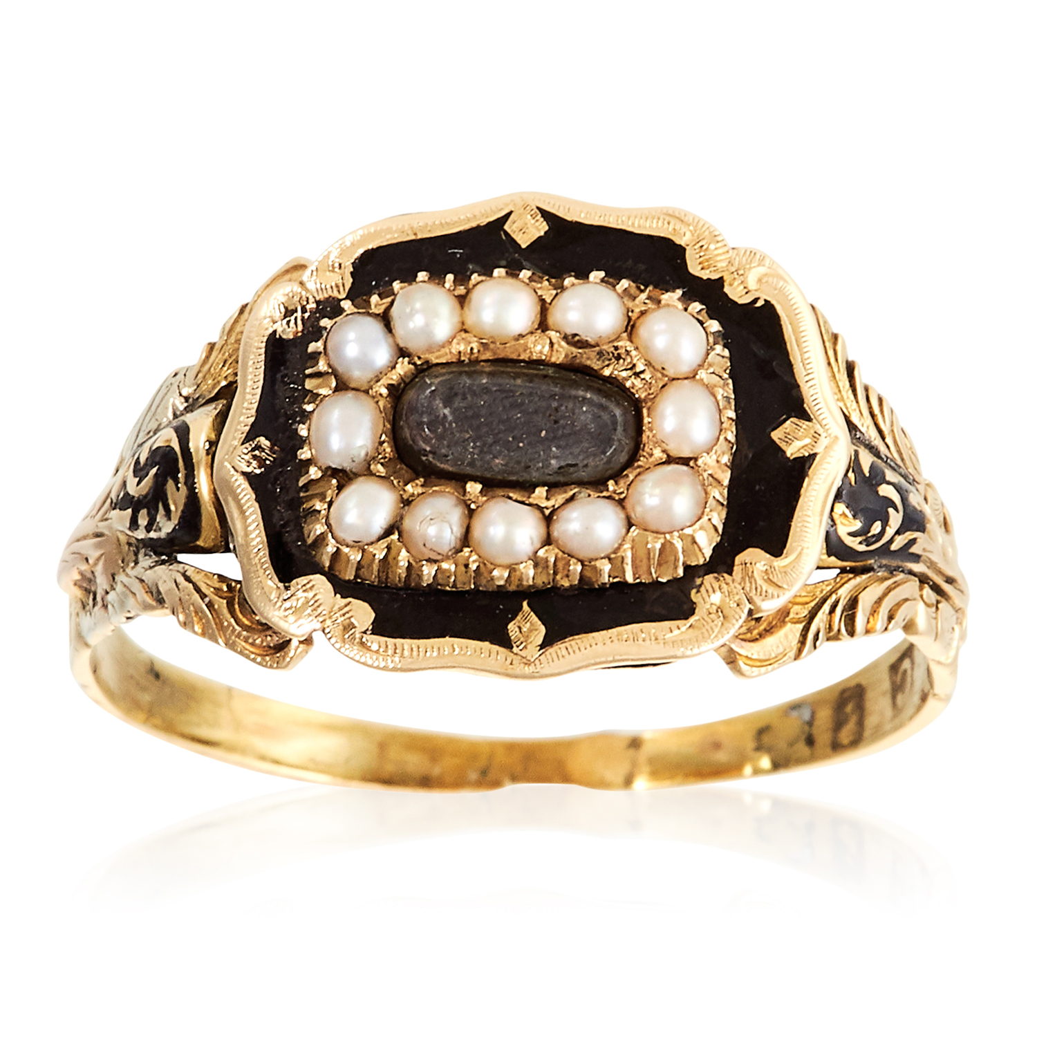 Los 39 - AN ANTIQUE HAIRWORK, PEARL AND ENAMEL MOURNING RING, CIRCA 1840 in high carat yellow gold, set