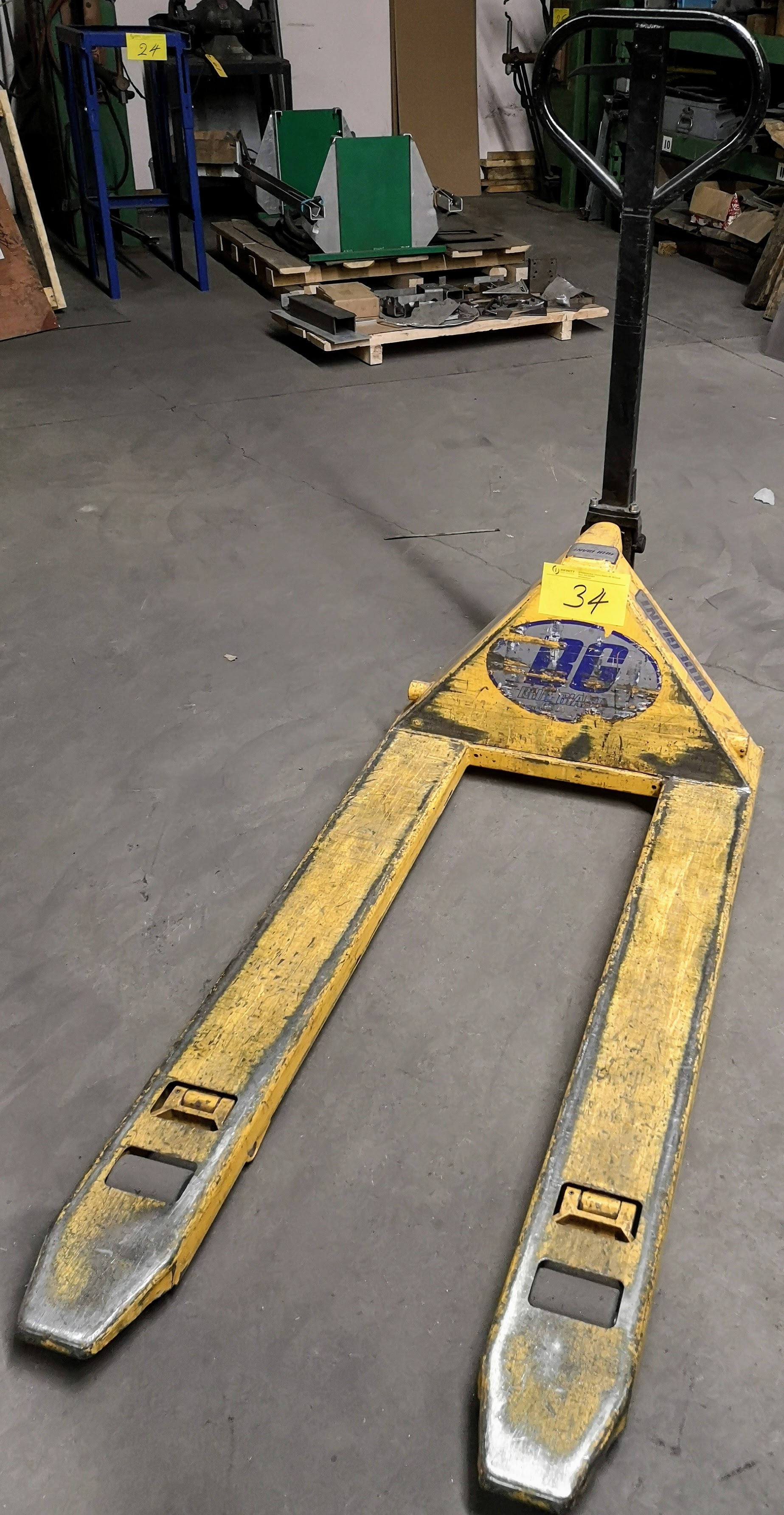 Lot 34 - BLUE GIANT 5,500LB CAP. PALLET JACK