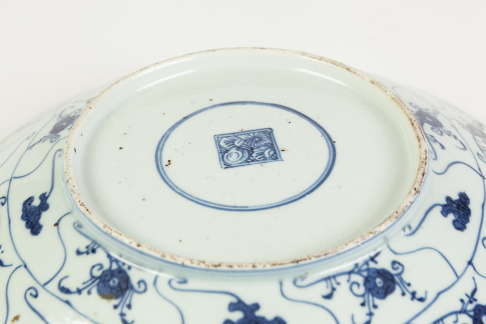 Lot 267 - A CHINESE CHING DYNASTY SHALLOW DISH, painted autour in underglaze blue with compartmental ruyi