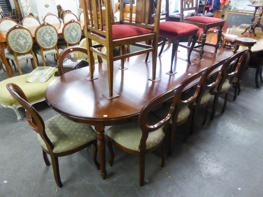 Lot 76 - A GOOD QUALITY MAHOGANY REPRODUCTION DINING TABLE WITH TWO EXTRA LEAVES AND A SET OF TEN DINING