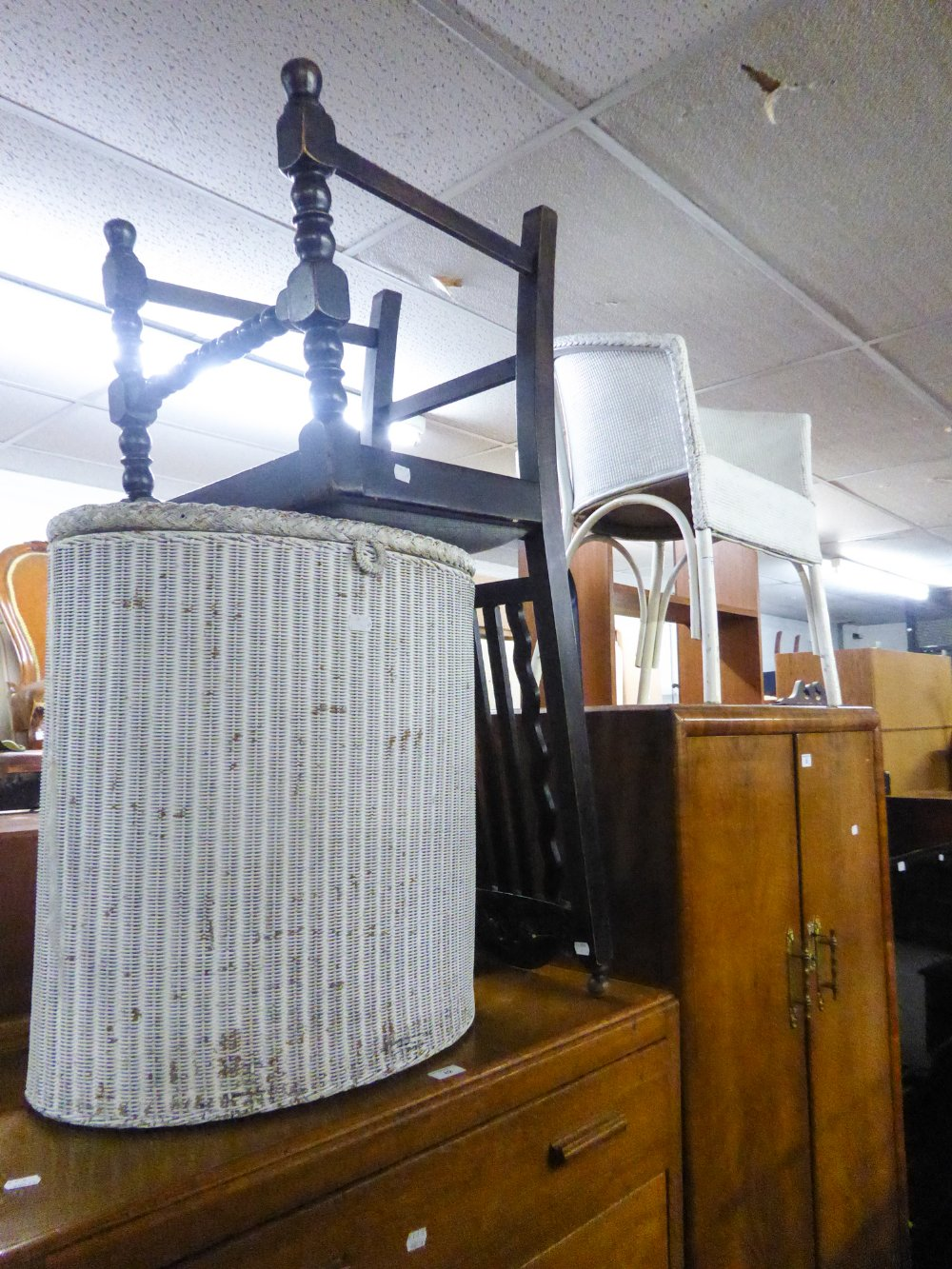 Lot 77 - A WHITE LOOM TUB CHAIR AND A MATCHING LINEN RECEIVER AND AN OAK DINING CHAIR (3)