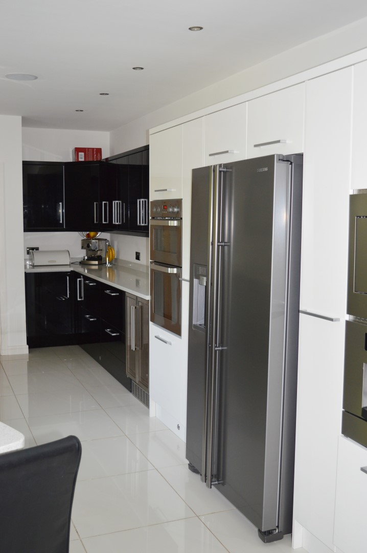 1 x contemporary fitted kitchen with appliances features for Modern fitted kitchen
