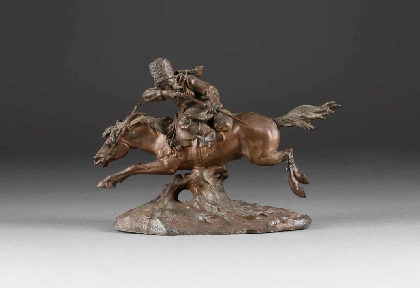 Lot 53 - SCHIEßENDER KOSAKE Russland, um 1900 Zinkguß, bronzefarben patiniert. L. 22 cm. Ein Bein