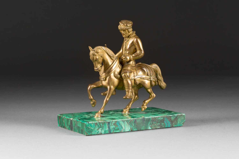 Lot 51 - RUSSISCHER BAUER ZU PFERD Russland, Ende 19. Jh. Bronze, gegossen und vergoldet. L. 17,8 cm (mit