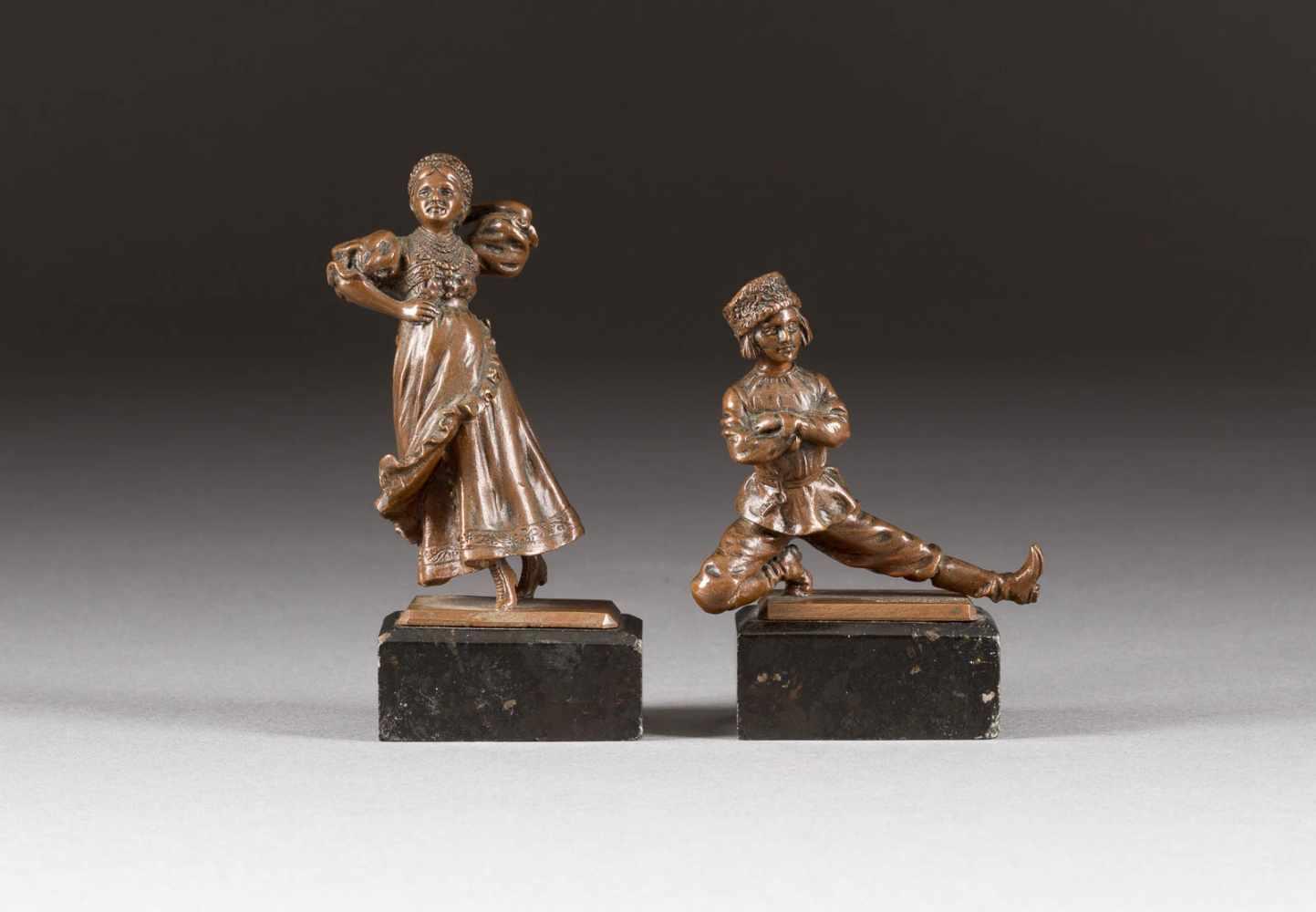 Lot 57 - RUSSISCHES TÄNZERPAAR Deutsch, Ende 19. Jh. Bronze, gegossen und braun patiniert. H. 8,4/11 cm (
