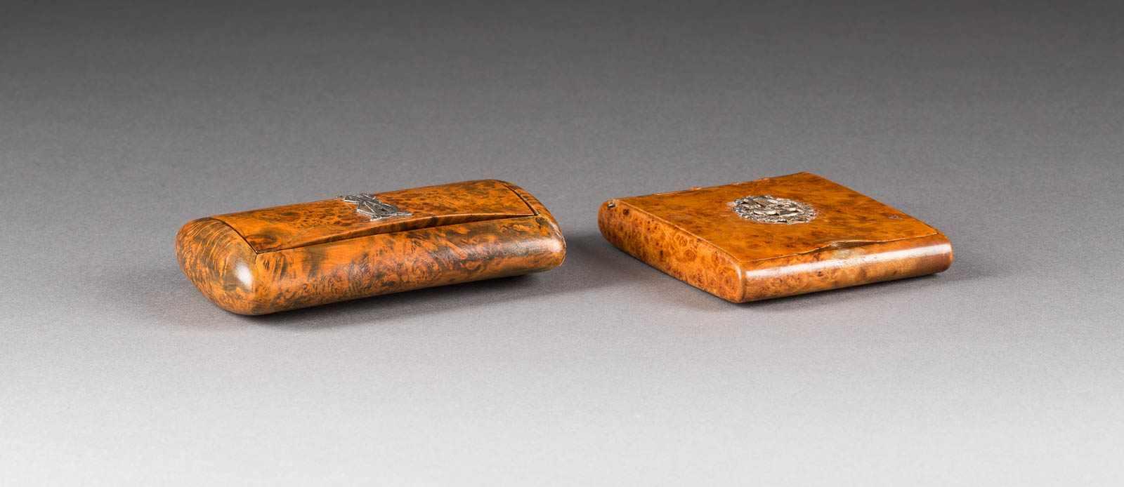 Lot 31 - ZWEI ZIGARETTENETUIS Russland, um 1900 Karelische Birke, Silberapplikationen. L. 9,3/11,7 cm. Ein