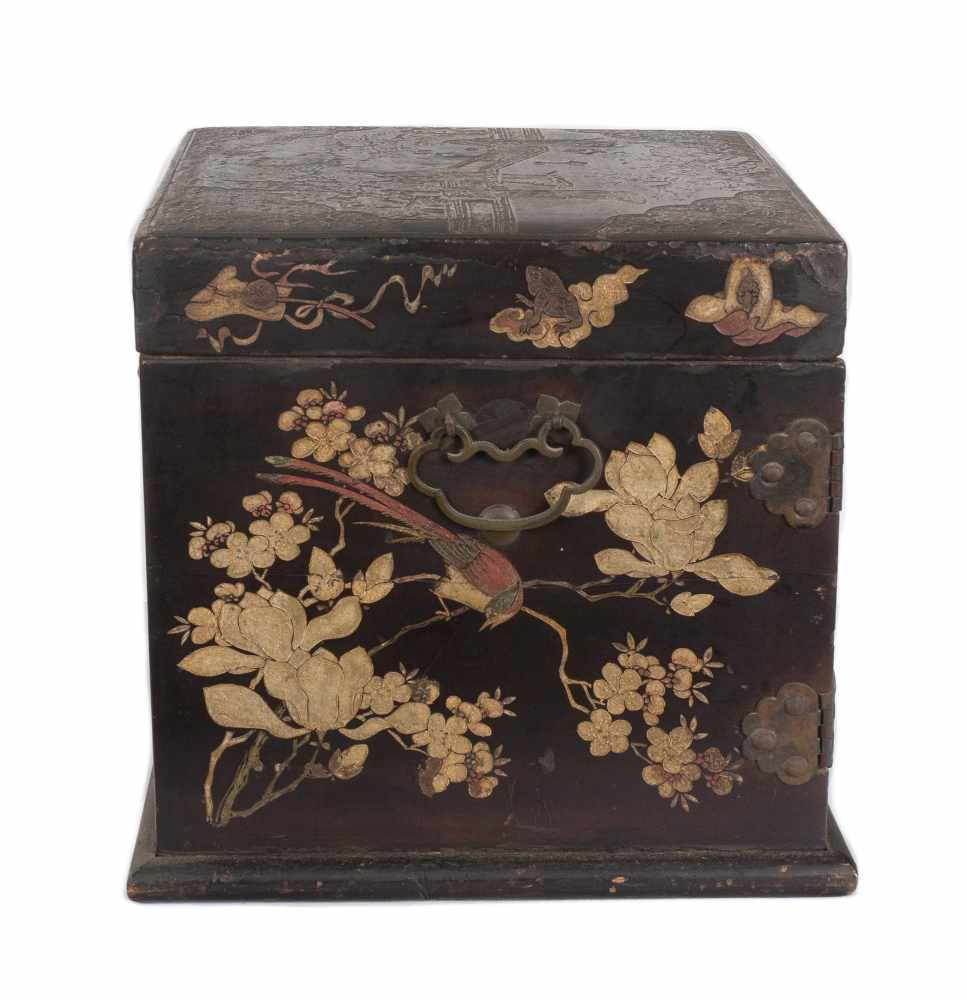 """A """"Bantamwork"""" or coromandel lacquer and brass table cabinet. China. Qing dynasty. 18th century. - Bild 7 aus 9"""