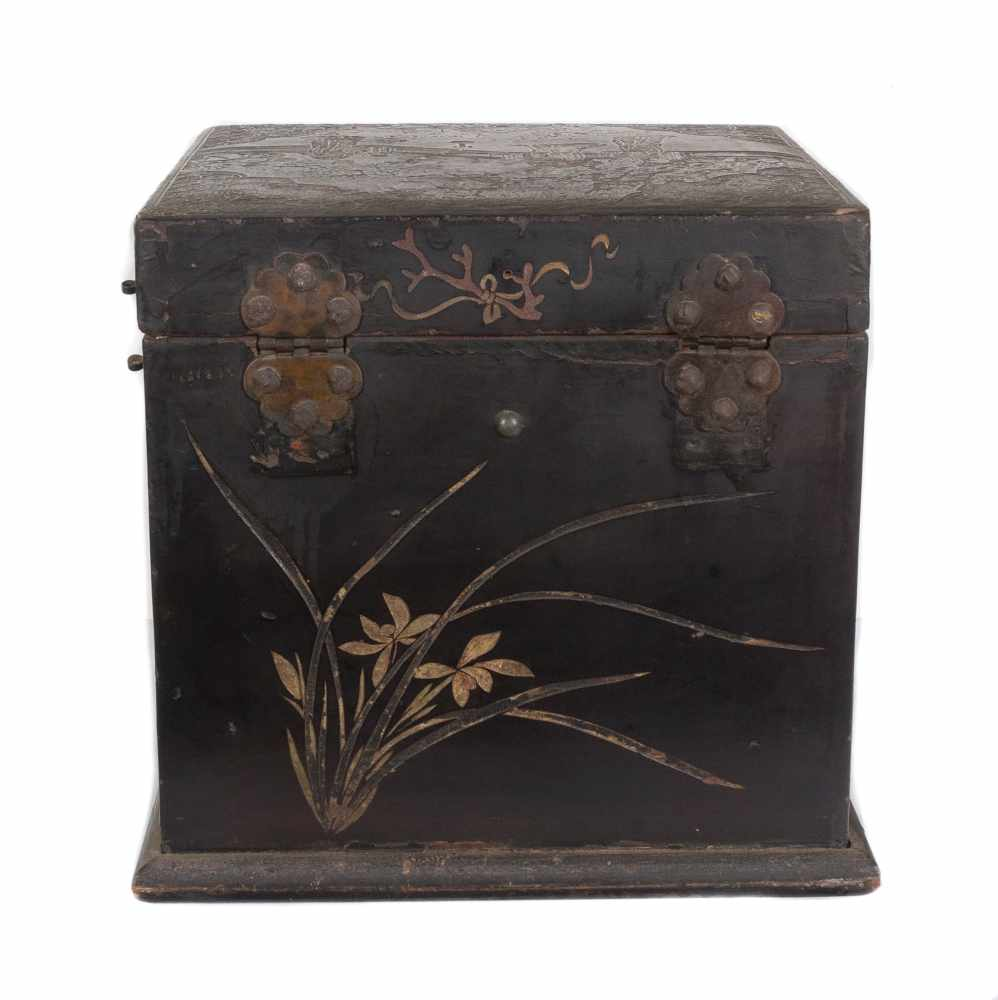 """A """"Bantamwork"""" or coromandel lacquer and brass table cabinet. China. Qing dynasty. 18th century. - Bild 6 aus 9"""