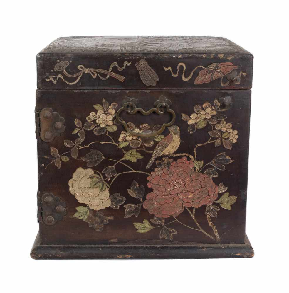"""A """"Bantamwork"""" or coromandel lacquer and brass table cabinet. China. Qing dynasty. 18th century. - Bild 5 aus 9"""