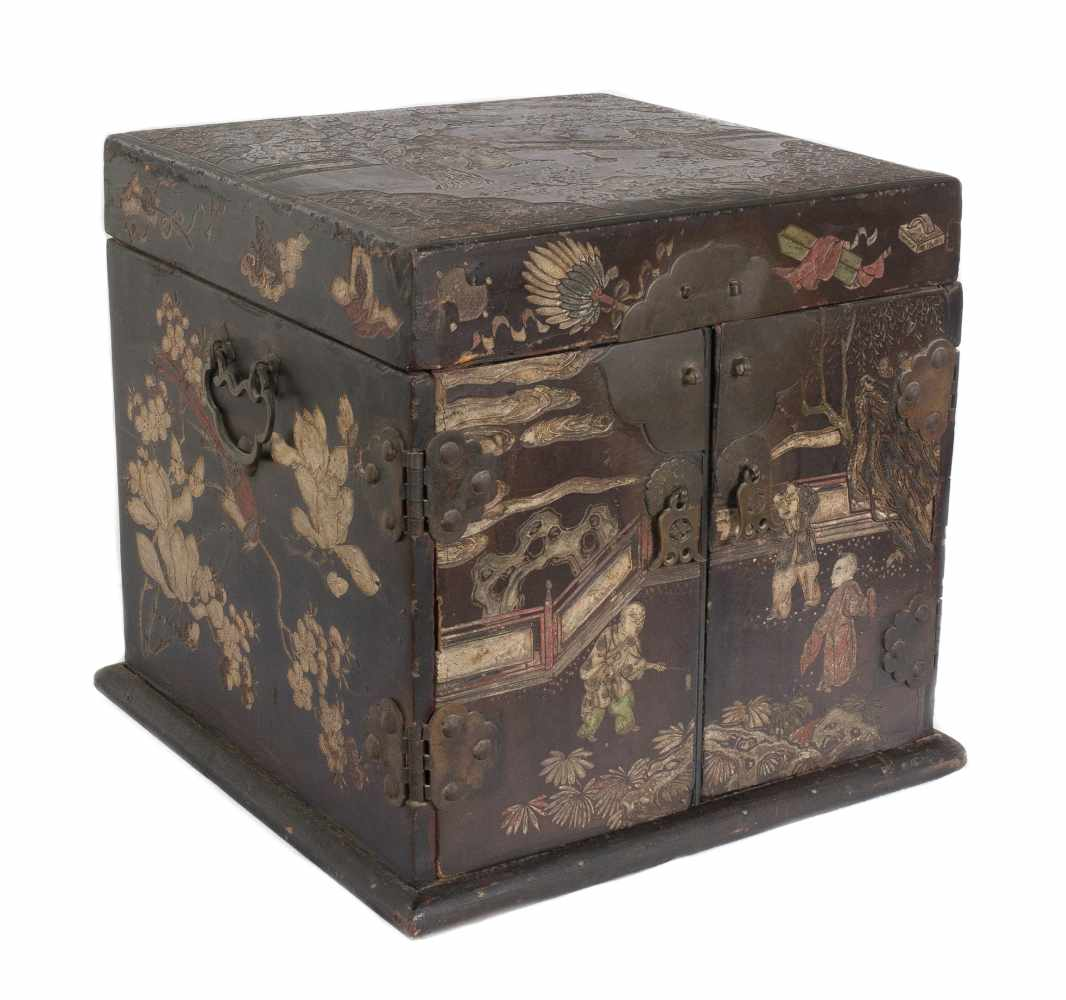 """A """"Bantamwork"""" or coromandel lacquer and brass table cabinet. China. Qing dynasty. 18th century. - Bild 3 aus 9"""
