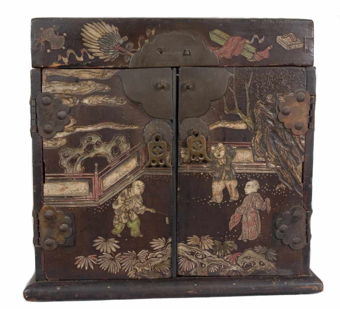 """A """"Bantamwork"""" or coromandel lacquer and brass table cabinet. China. Qing dynasty. 18th century. - Bild 2 aus 9"""